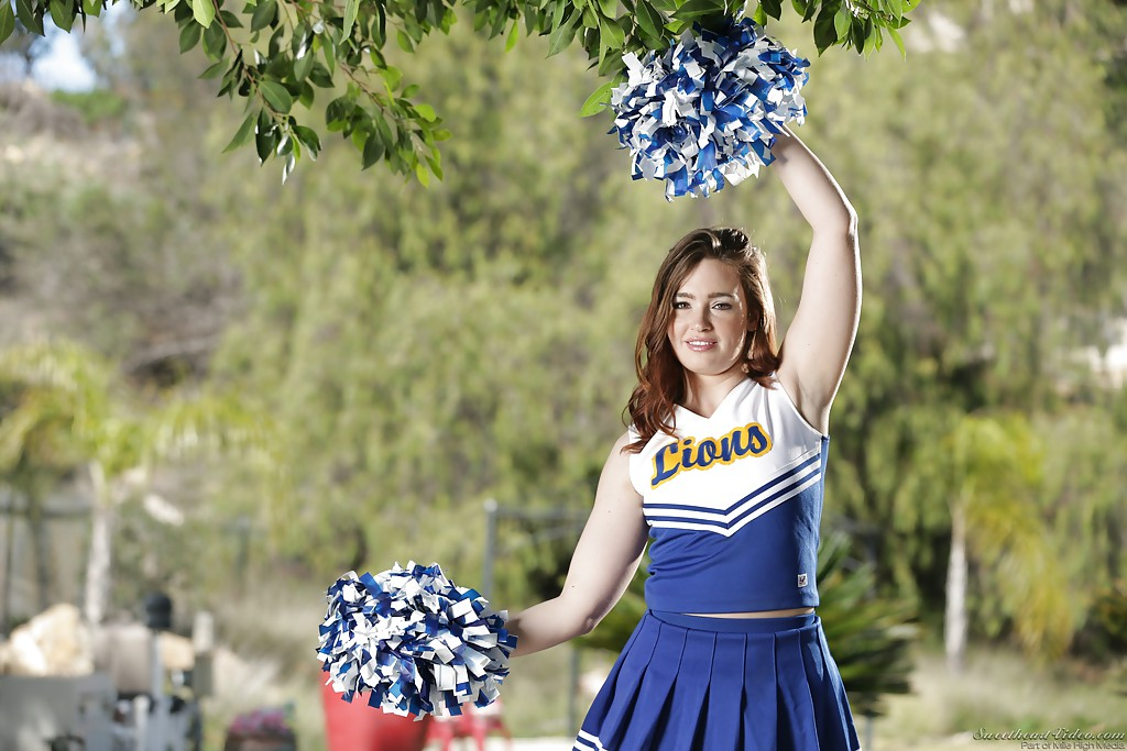 Brunette cheerleader Jodi Taylor undressing for nude outdoor photos