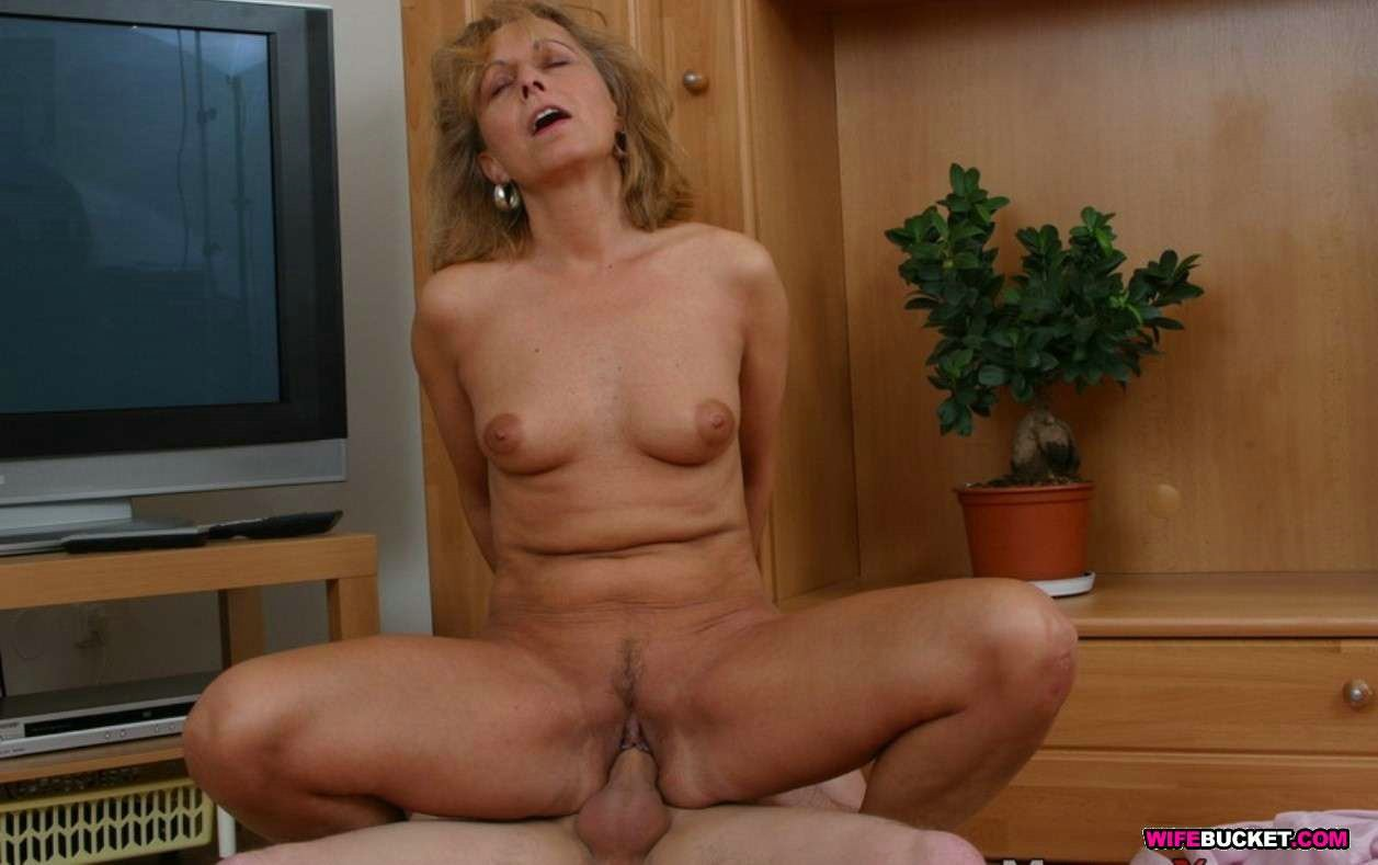 Greater magnitude nude adolescent mommys bonks in abode porn