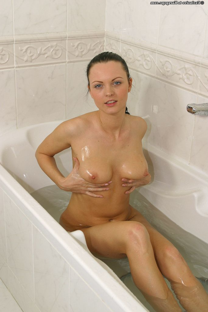 Adolescent amateur Lenka takes off her glamorous new sexy pants in the bath