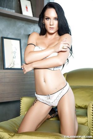 Slim female-dominant Meghan Leopard shows her shocking nude shape