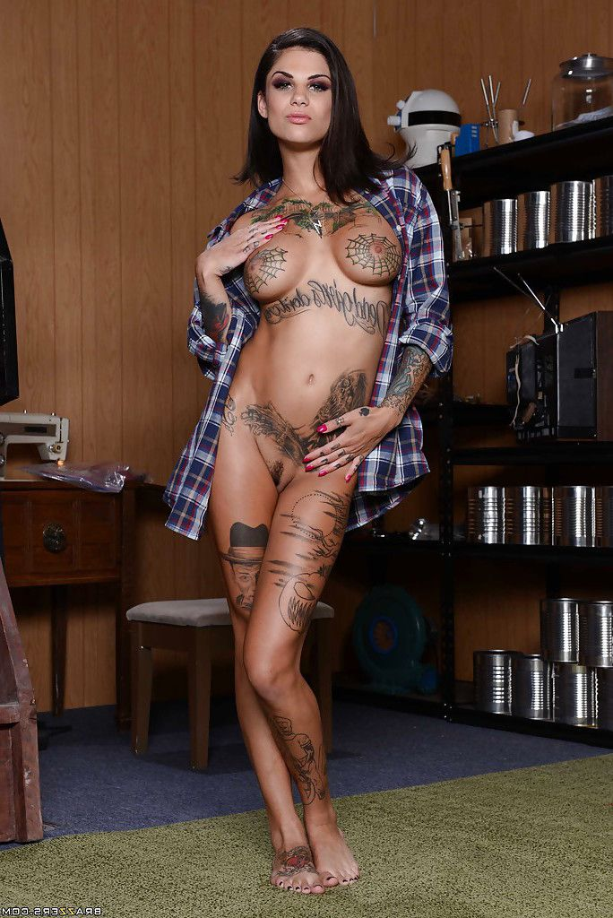 Tattooed wife Bonnie Rotten revealsher unyielding adolescent cage of love in close up