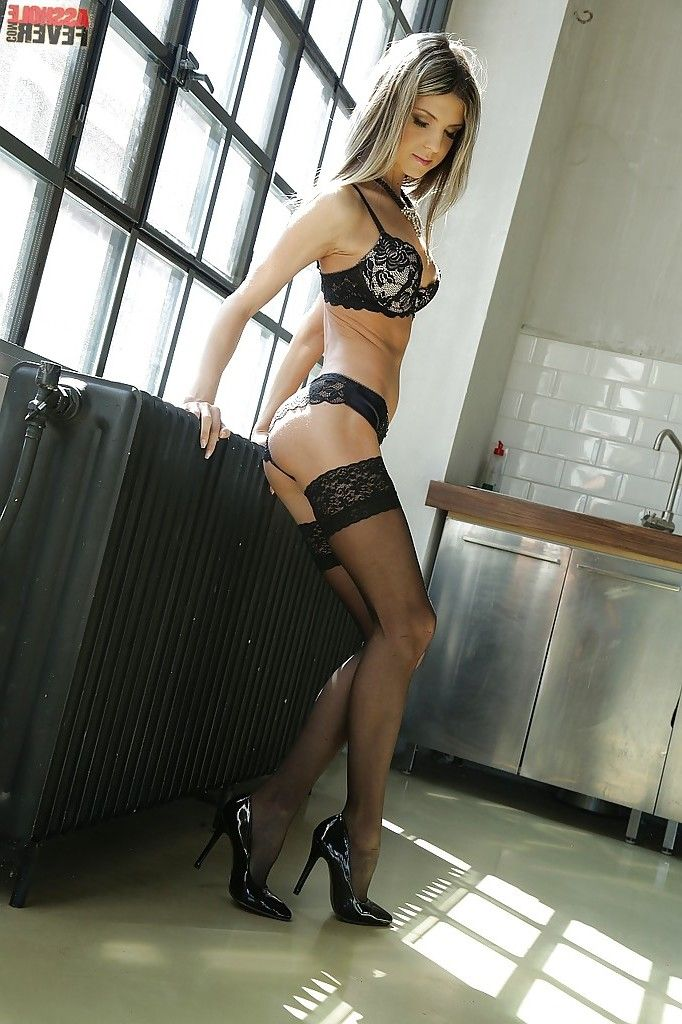 Nice-looking Euro lingerie model Doris Ivy strutting in high heels