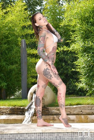 Babe Lauren is having benefit from while posing uncovered outdoors!