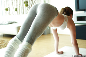 R/T girlfriend Kasey Warner makes public her taut ass in yoga pants