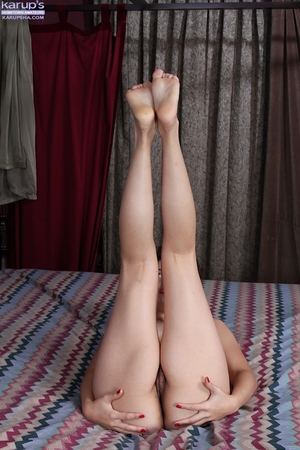 Amateur lass Natalie Odom widens her legs and fingers hairy cunt