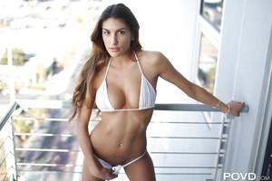 große Titten junge Doll August Ames zeigt aus Ihr Abfall in ein Bikini