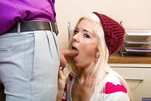 Glamorous young blond Halle Von is blowing her teacher\'s phallus