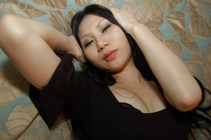Thin oriental princess Hitomi Nagase getting naked and stretching her legs