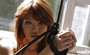 Bond Orientale teen Mai Kitamura in posa Topless e In allegato