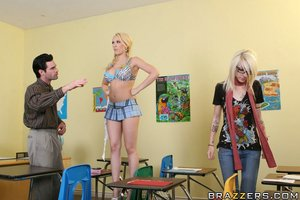 Untamed schoolgirl Kagney Linn Karter enjoys getting dick water on her face