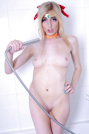 Alluring blond Jessica Jensen shows off her beautiful waste