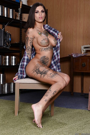 Tattooed wife Bonnie Rotten revealsher fixed juvenile pussy in close up