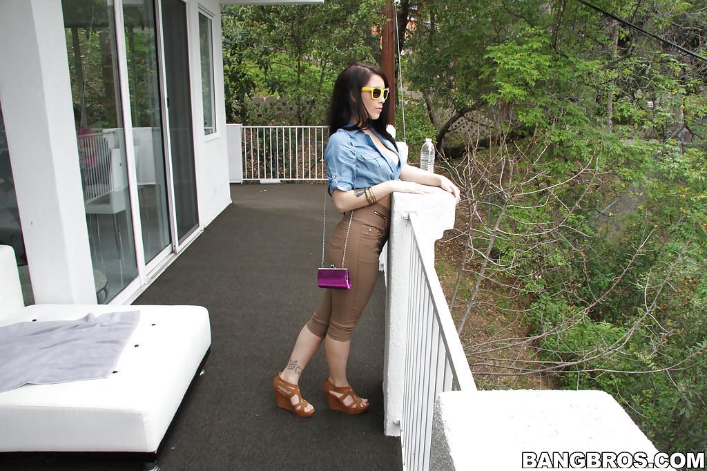 Teen slut Noelle Easton lifts up sunglasses to frig pussy outside