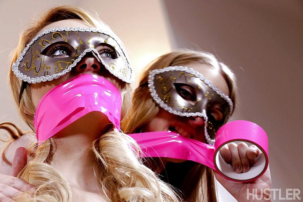 Kinky lesbians Sasha Heart, Ela Darling and Carmen Calloway ass licking