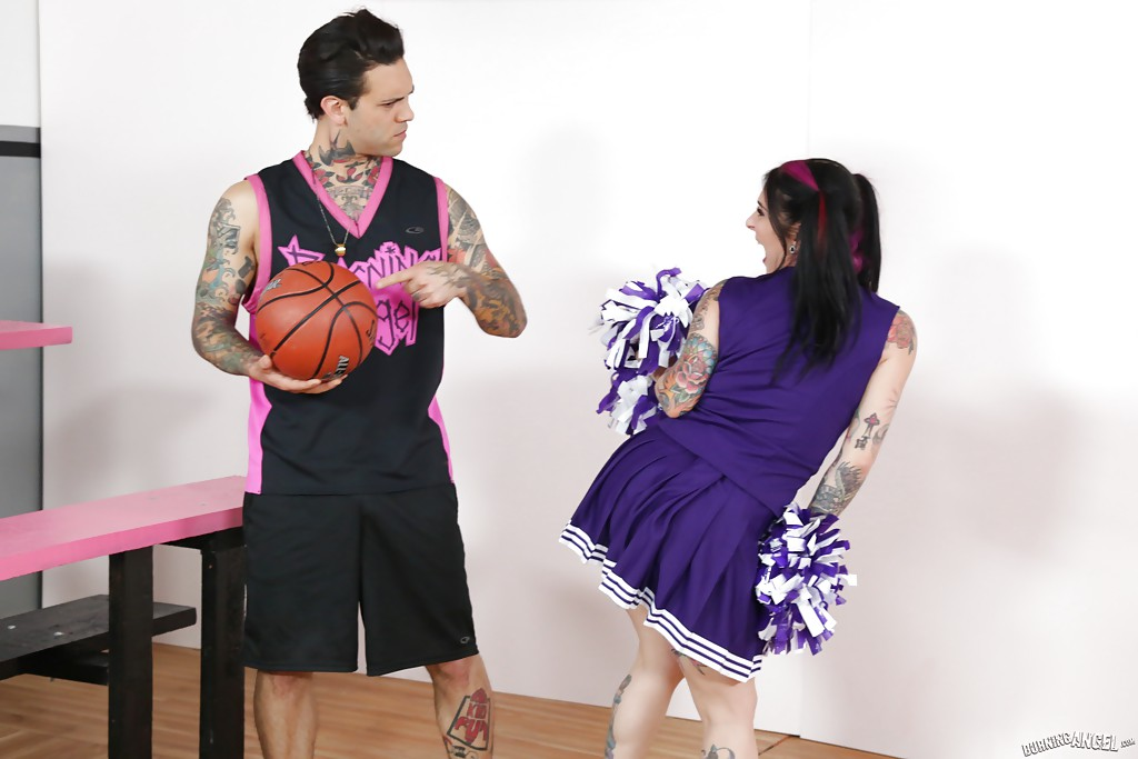 Milf beauty Joanna Angel is having her amateur pussy licked out