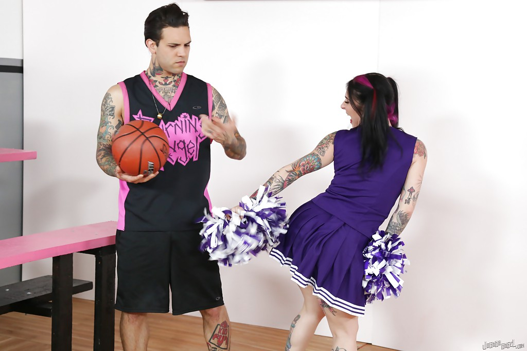 Amateur cheerleader Joanna Angel is fucking with her boyfriend