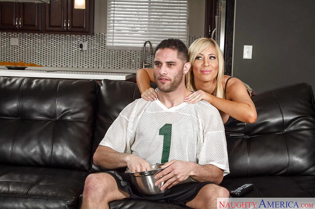 Blonde cheerleader Tasha Reign was drilled hard on the leather sofa