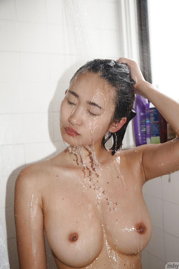 曲线优美的 亚洲 业余的 萨基 喜岛内 表示 她的 身体 同时 洗澡