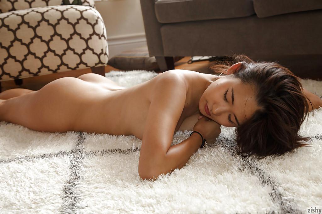 सुडौल एशियाई एमेच्योर साकी Kishima दिखा रहा है उसके शरीर जबकि बरस